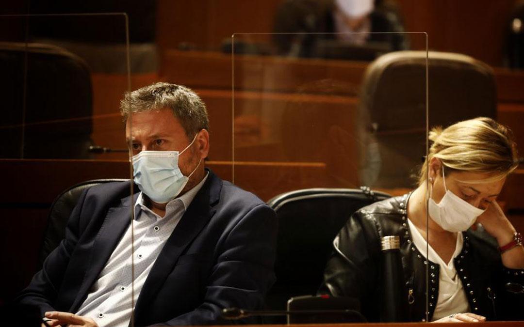 El consejero de Vertebración del Territorio, José Luis Soro, y la consejera de Economía, Marta Gastón, en el pleno de las Cortes./Oliver Duch