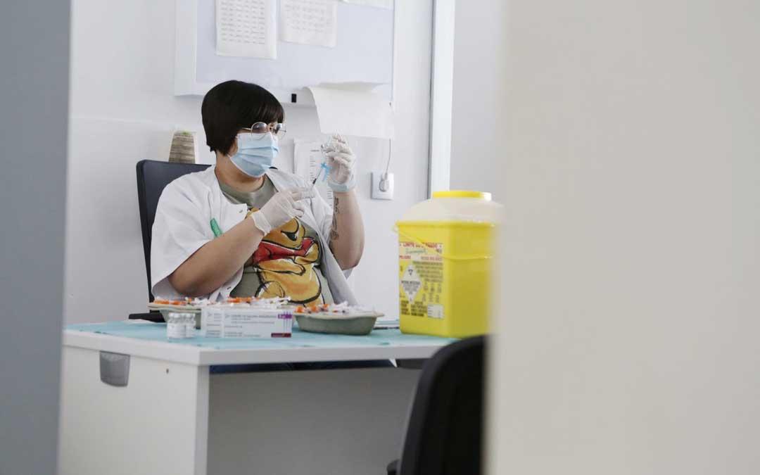 Preparando las dosis de la vacuna contra el covid / DGA
