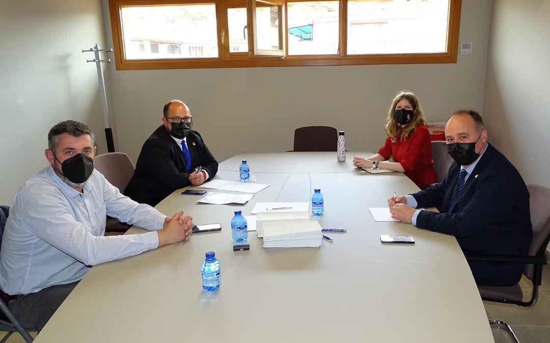 Reunión de Alberto Izquierdo, vicepresidente de la DPT, con Miguel Iranzo, alcalde de Alcorisa, Silvia Casas, teniente de alcalde, y Antonio Pérez, concejal de agricultura y ganadería./DPT