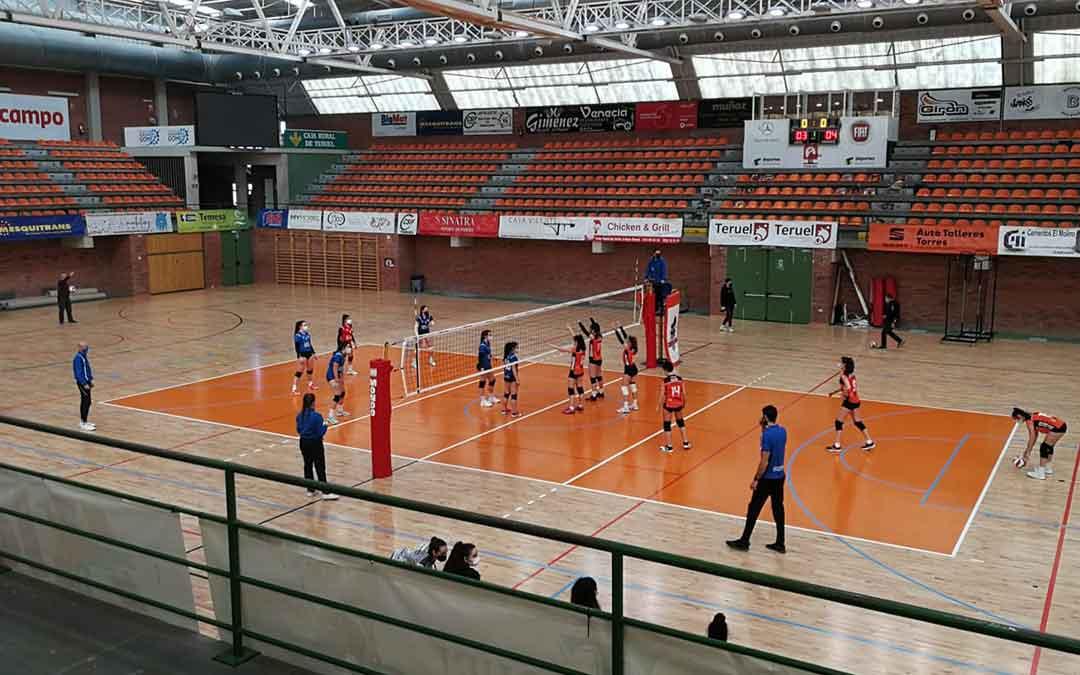 Los dos equipos en el pabellón Los Planos de Teruel. Foto: Facebook C.V. Alcañiz