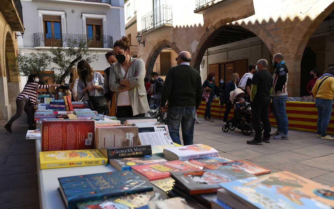 La plaza de Los Arcos ha acogido esta feria del libro alcorisana en la mañana del 23 de abril./ Tomás Montero