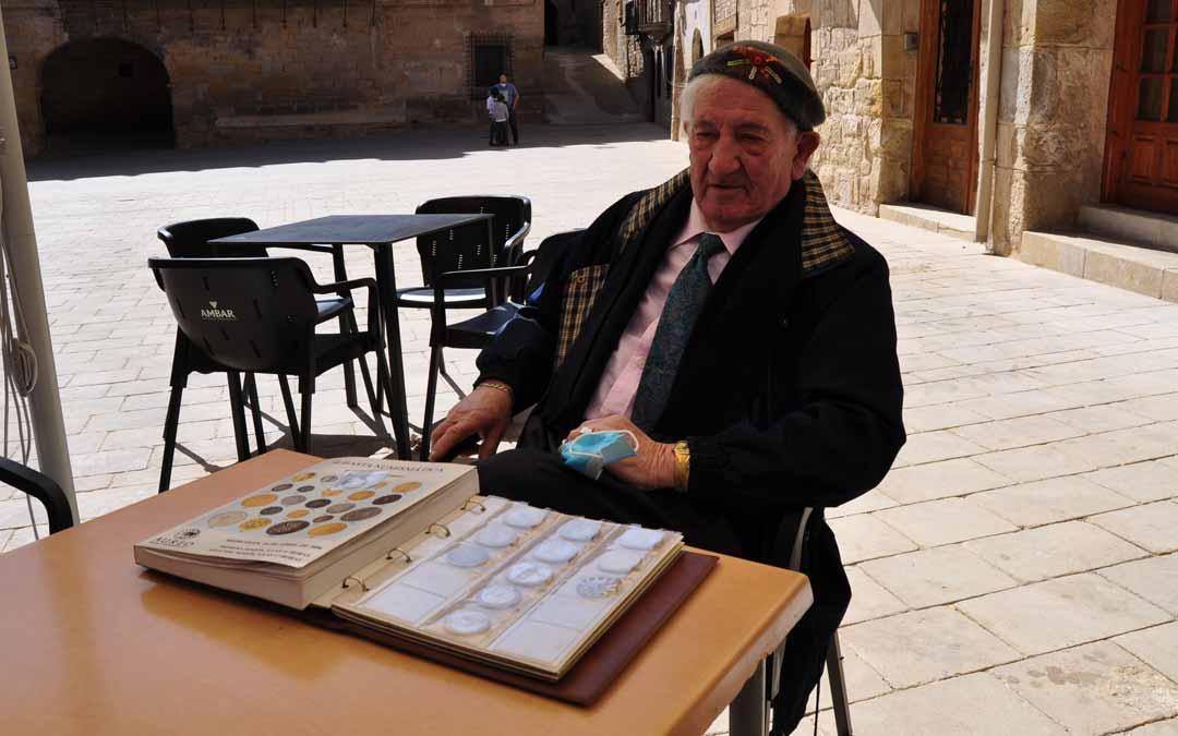 El anticuario y coleccionista Ramón Celma muestra una selección de su colección de monedas antiguas.