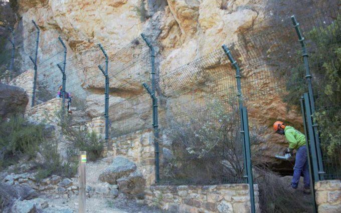 Se limpia el acceso y entorno al abrigo de arte rupestre del Arenal