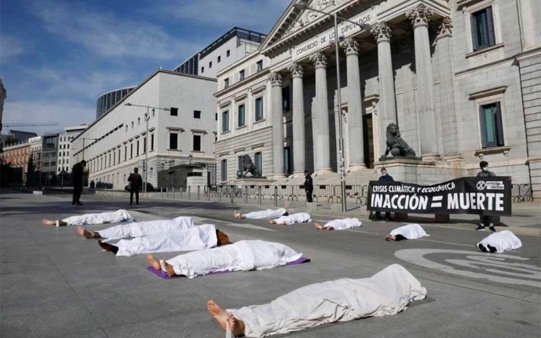 Activistas de Extinction Rebellion representan con 'cadáveres' frente al Congreso las muertes por la crisis climática./ EP-Heraldo