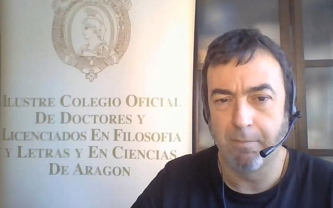 Hugo Chautón en una de los capítulos que integran la iniciativa 'Al día con la Arqueología'./ YouTube