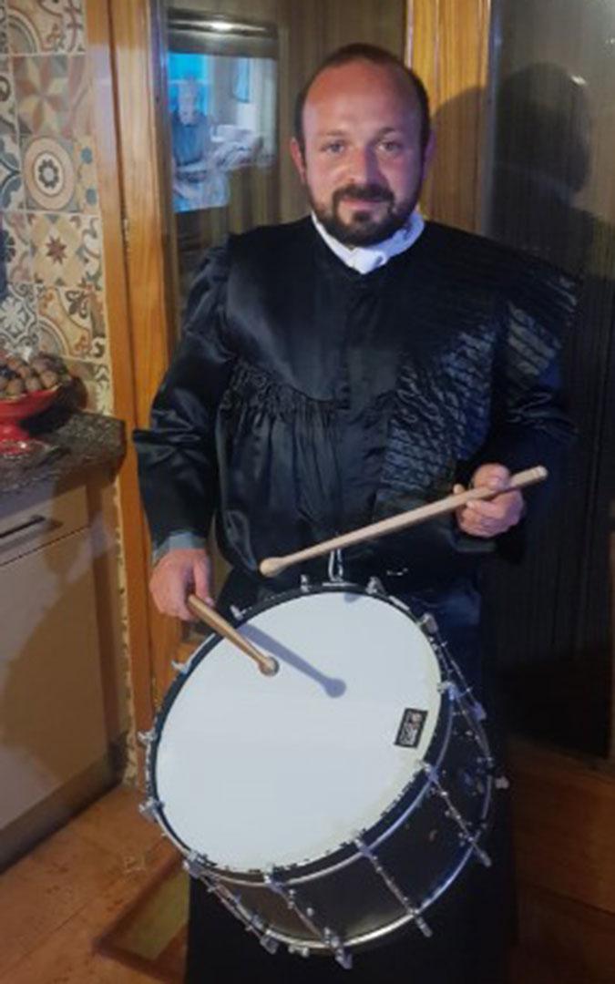 El presidente de la Junta de cofradías, Miguel del Río, en casa rompiendo la Hora. / L.C.