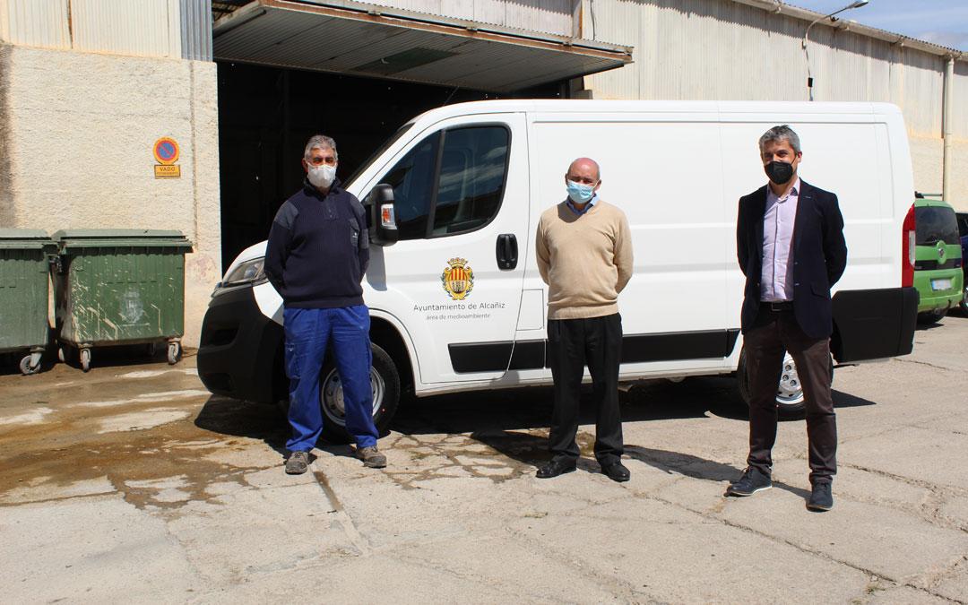 Francisco Sábado, Javier Baigorri y Antonio Gavín, con la furgoneta nueva en su recepción en el local de la brigada. / B. Severino