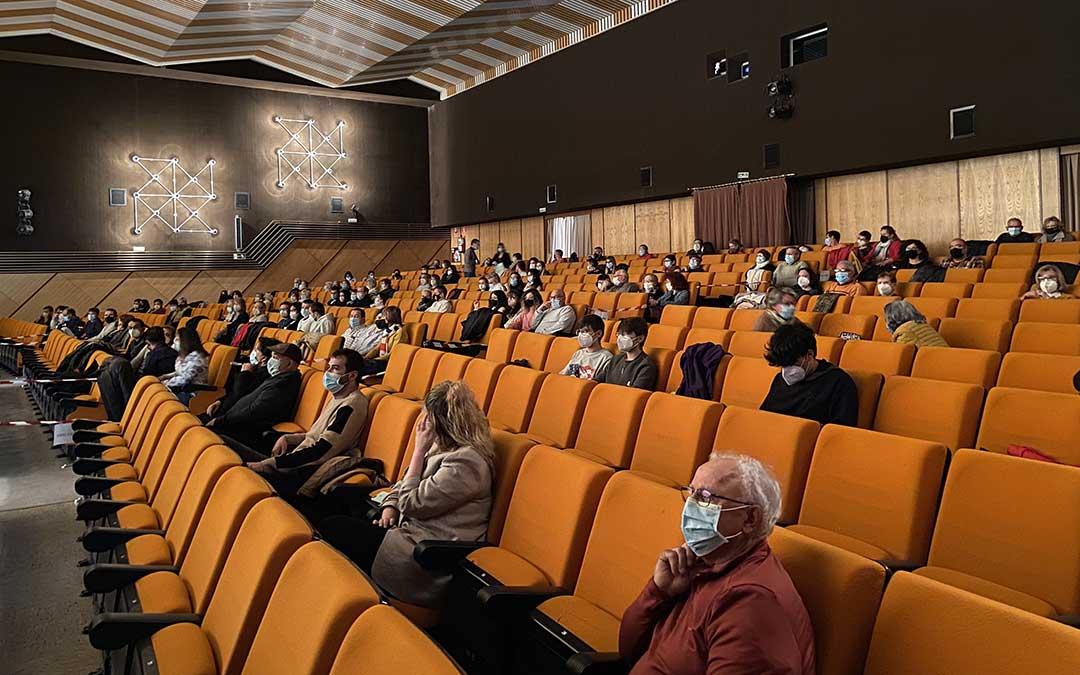 El aforo máximo permitido en la Sala Alcor 82 fue de unas 140 personas, con el debido espacio entre ellas./ A.M.