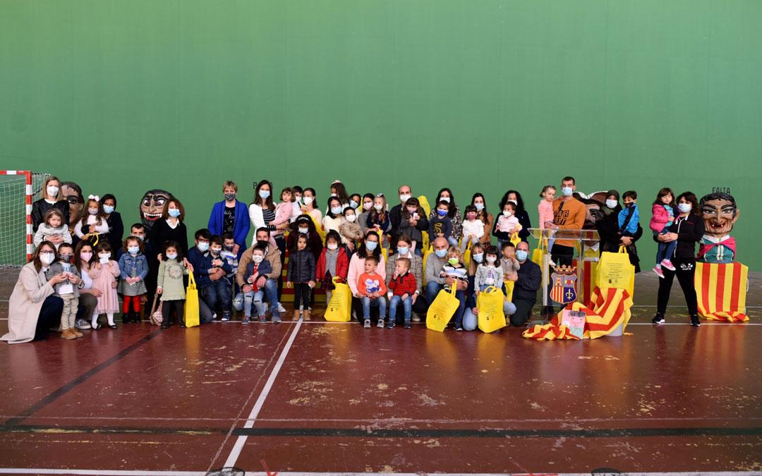 Los niños y niñas fueron protagonistas de San Jorge en Alcorisa al recibir sus carnets de la biblioteca. / Ayto. Alcorisa