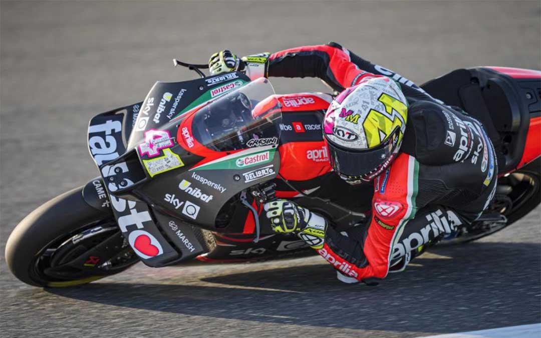 Aleix Espargaró rodando este viernes sobre el circuito de Doha./ MotoGP