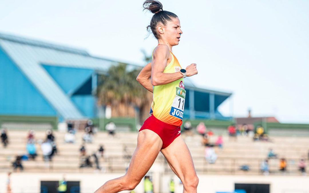 La atleta albalatina en pleno esfuerzo en la carrera de 10.000 metros. Foto: Facebook Alicia Pérez