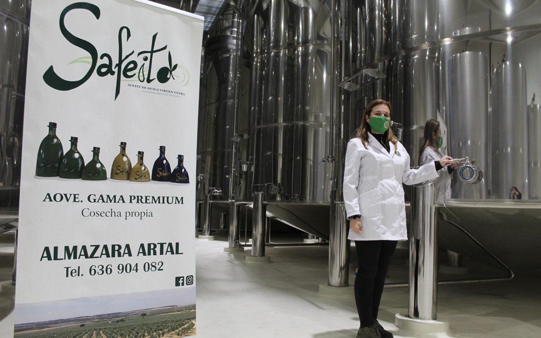 La maestra almazarera, Arantxa Garín, en las flamantes e innovadoras instalaciones de donde salió el aceite premiado. / B. Severino