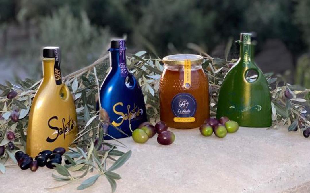 La almazara comercializa el aceite en botellas con diseños muy cuidados. / Almazara Artal