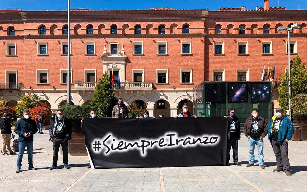 Los Amigos de Iranio han desplegado su pancarta delante de la Audiencia de Teruel este lunes / L. Castel