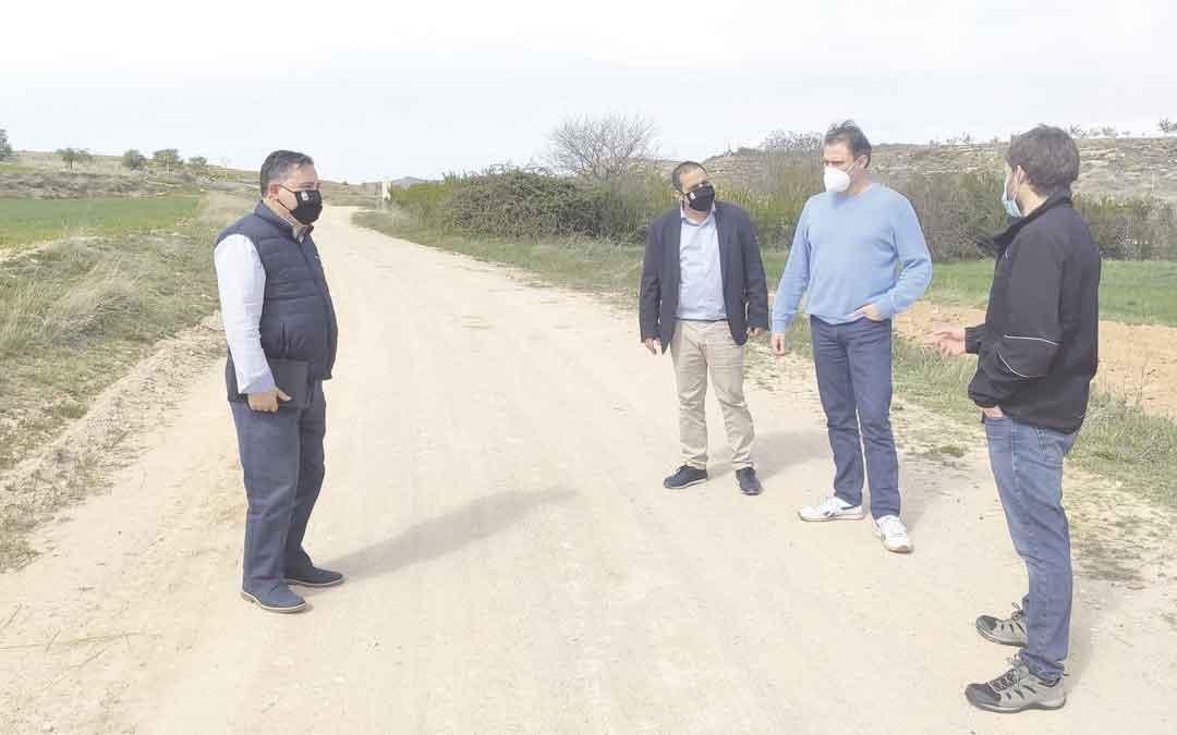 Alcalde y concejales de Andorra visitando los caminos. / AYTO. ANDORRA