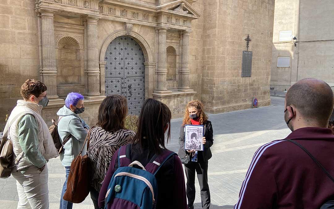 Begoña Planas, guía turístico de Andorra, en una de las visitas que organizaron esta Semana Santa para conocer a fondo su patrimonio cultural./ Alicia Martín