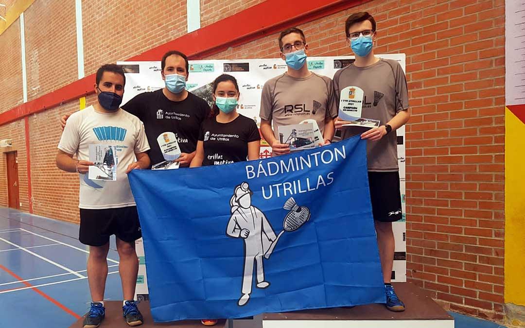 Jugadores del Club Bádminton Utrillas posan con los trofeos conseguidos. Foto: Ayto. Utrillas