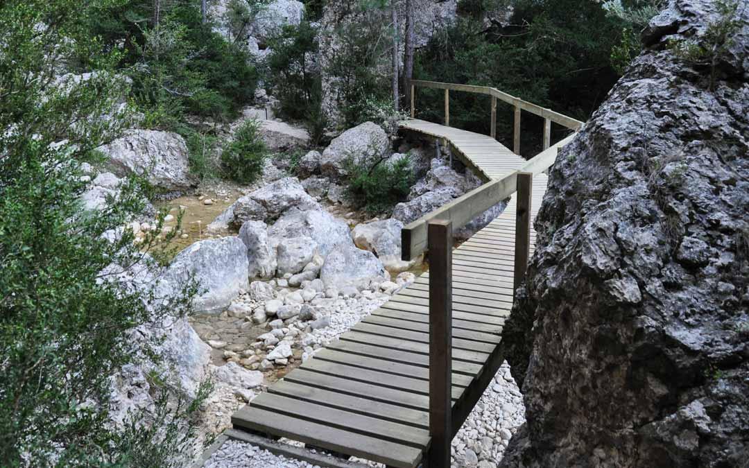 Una nueva pasarela permite cruzar de orilla en el caos de bloque existente al final del sendero del Parrizal. J.L.