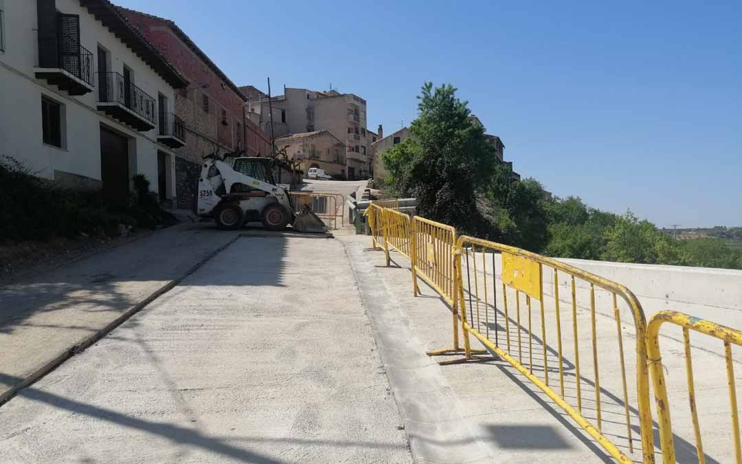 Los operarios ultiman los trabajos de reforma y reparación de la Carretera Nova, a la espera de las labores de asfaltado. J.L.
