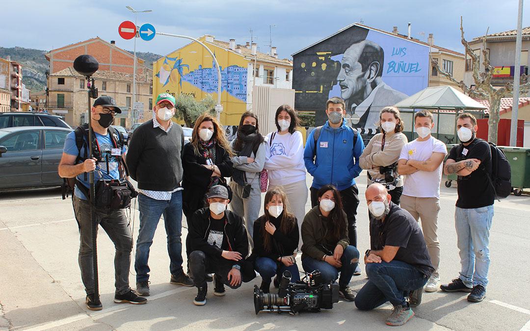 El equipo de rodaje este Viernes Santo delante del mural homenaje a Luis Buñuel en Calanda. / B. Severino