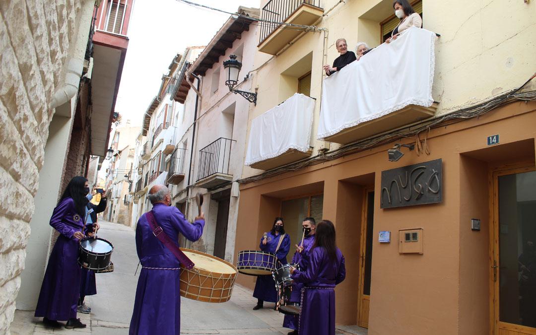 Vecinos en su puerta en la calle San Roque de Calanda rompiendo la Hora. / B. Severino