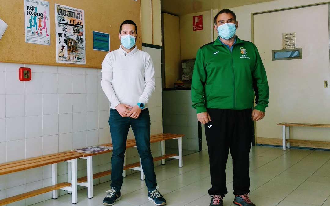 Carlos Yeguas, concejal de deportes y Alejandro Belenguer, técnico de deportes del Ayuntamiento de Alcorisa. Foto: Ayto. Alcorisa