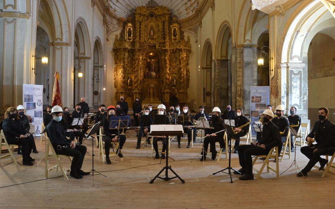 Los músicos de la Lira Alcañizana se pusieron cascos en su concierto de Semana Santa este año sin público para reivindicar la rehabilitación de la Iglesia del Carmen / L. Castel