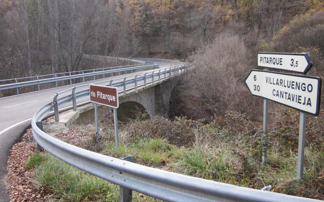 Cruce de la carretera que conduce a la localidad de Pitarque./L.C.
