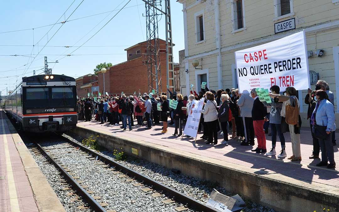 Los caspolinos y vecinos de otras localidades del Bajo Aragón-Caspe han mostrado su malestar por la amenaza que supone perder el tren. Javier de Luna.