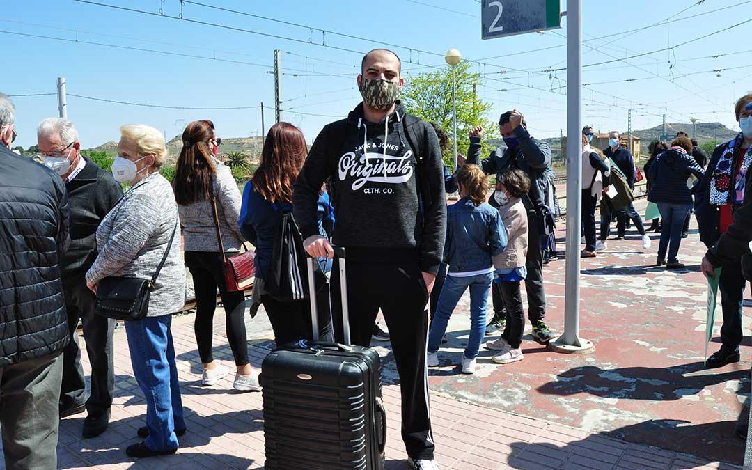 Miguel Rubio, de Mequinenza, ha sido uno de los pasajeros que ha cogido el tren en Caspe. Javier de Luna.