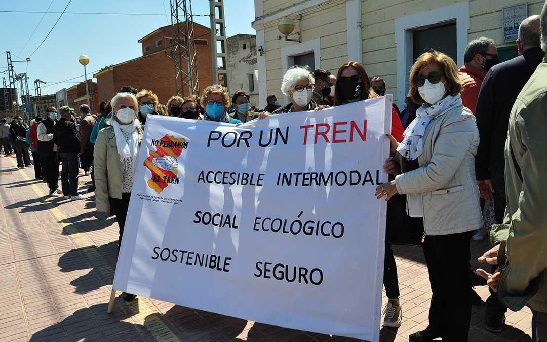 Los manifestantes han reivindicado, de igual modo, la accesibilidad y la importancia social del tren. Javier de Luna.