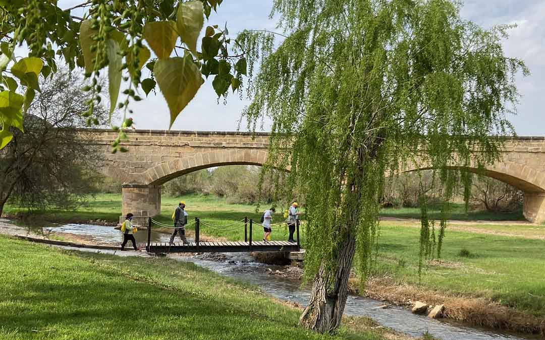 De fondo, el puente que da acceso a Castelnou./ A.M.