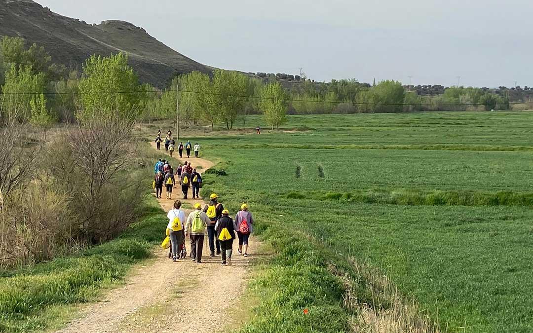 Los participantes han realizado la marcha en grupos máximos de 6 personas y teniendo muy presente el distanciamiento entre ellos./ A.M.
