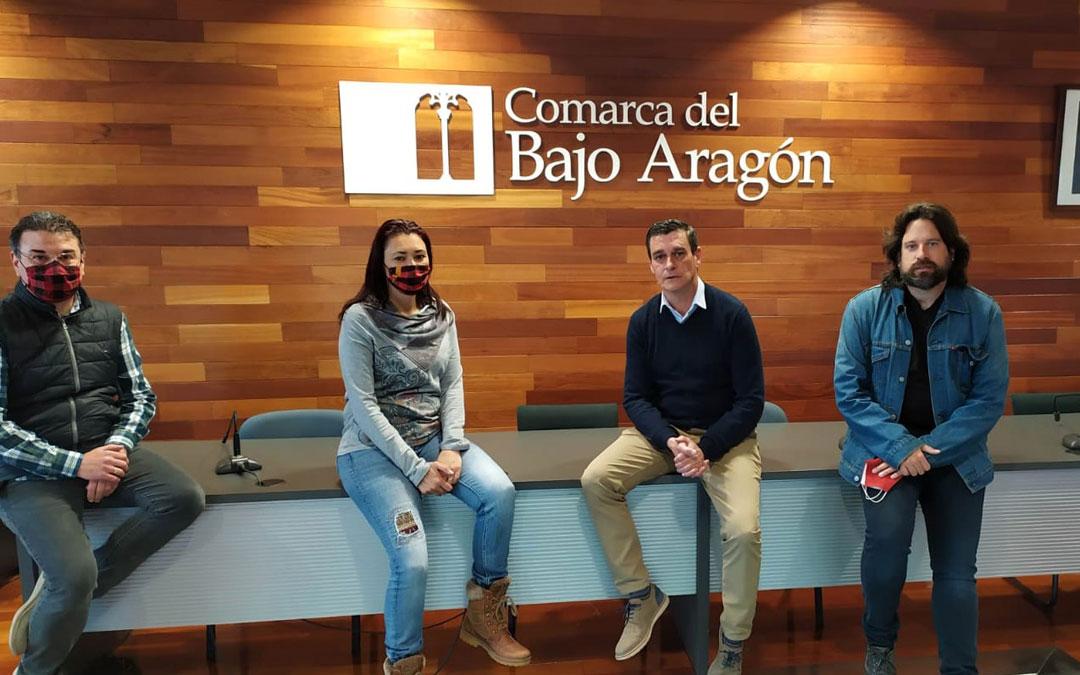 Jesús Buisán y Laura Satué se encargarán de recorrer las poblaciones. En la imagen, junto al presidente de la Comarca, Luis Peralta, y el consejero de Cultura, Jorge Abril. / Comarca Bajo Aragón
