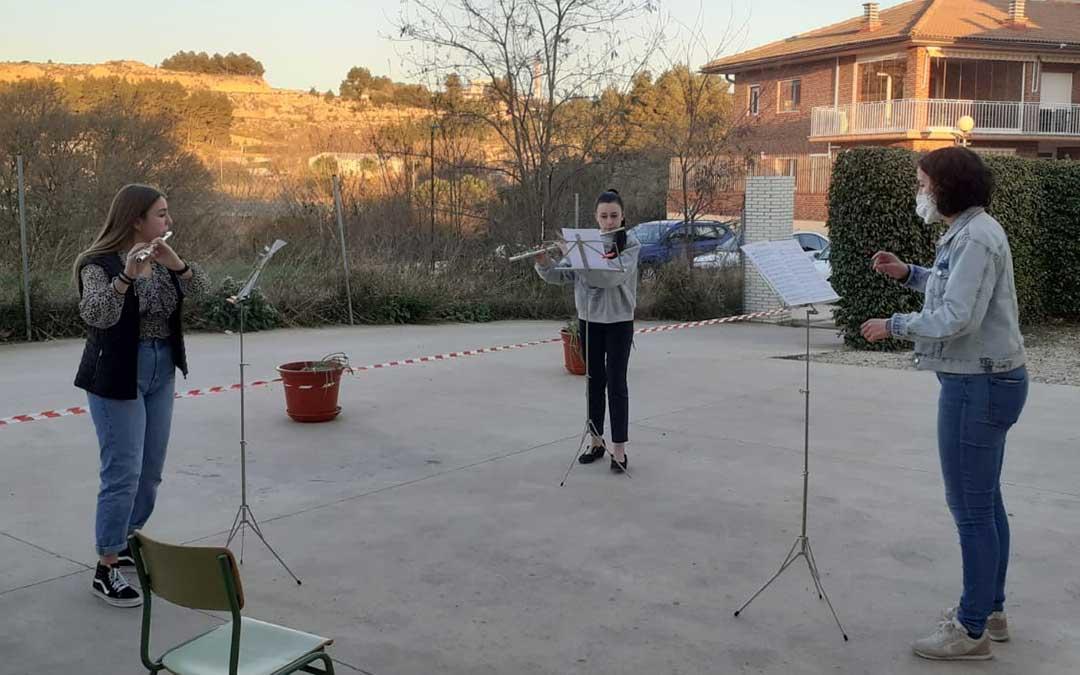Los alumnos de viento o coro dan clase en el exterior para evitar cualquier tipo de riesgo frente al covid-19. Clase de flauta impartida por la profesora Raquel Santafé./ Conservatorio de Alcañiz