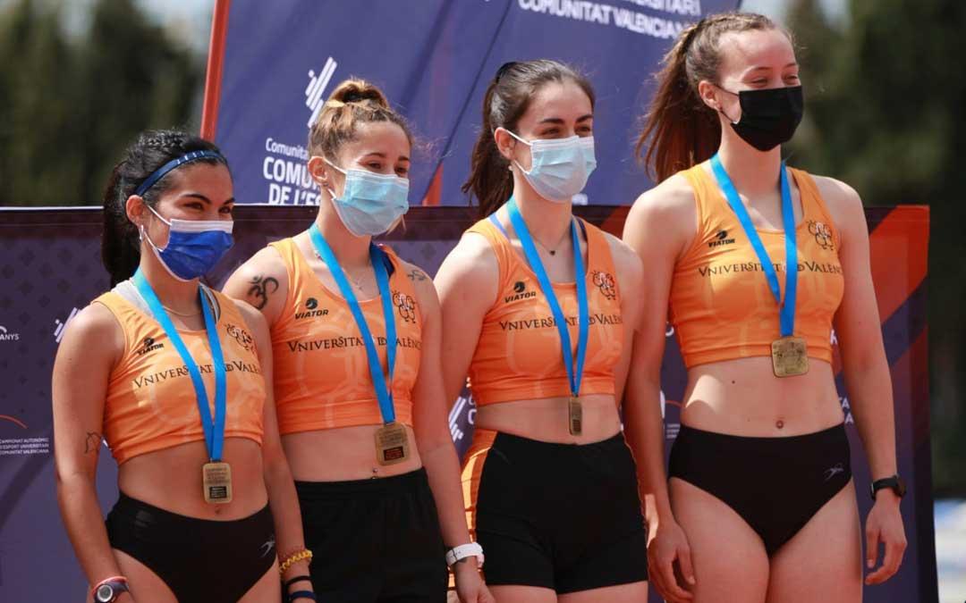Cristina Cebrián, segunda por la derecha, junto a sus compañeras de equipo. Foto: U.V.
