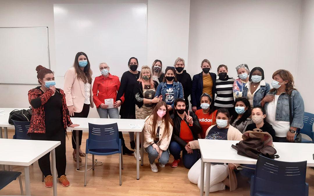 Algunas de las participantes del programa SARA durante uno de los talleres, junto a representantes del departamento de innovación, una veterinaria y una trabajadora de Red Ganadera de Caspe, empresa que colabora con la iniciativa. Cruz Roja