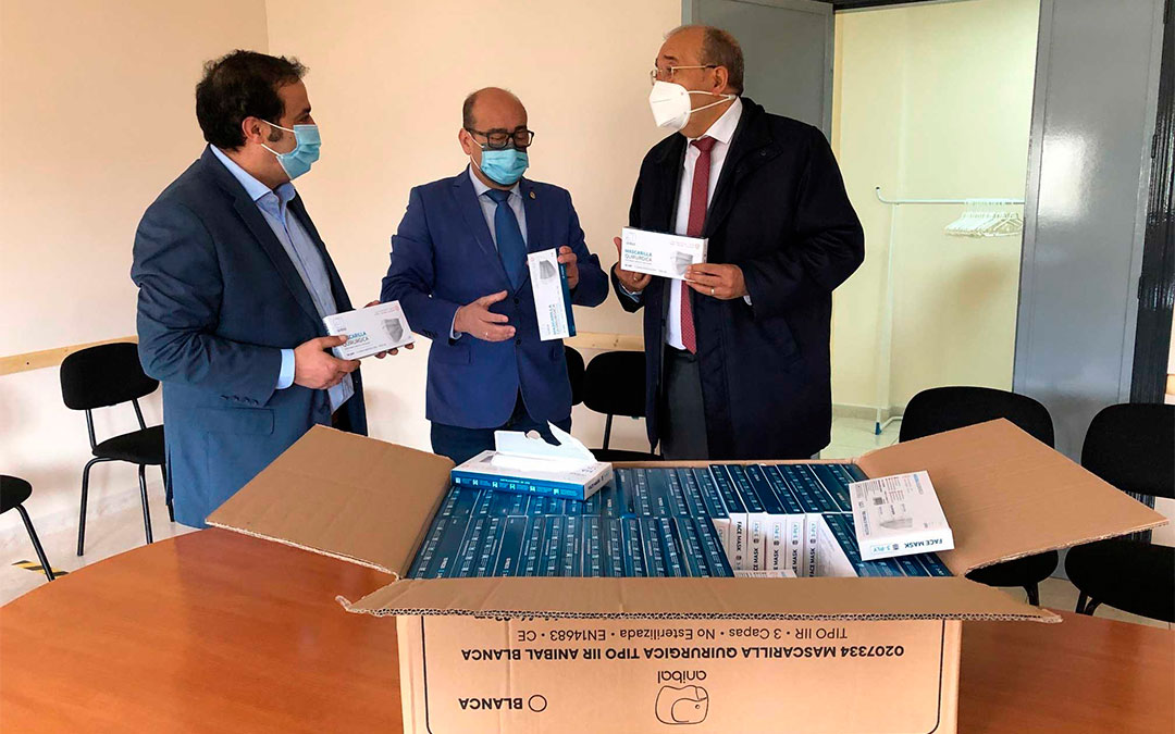 Rando entregando las mascarillas al presidente de Abattar, Manuel Martín, en presencia del alcalde de Andorra y diputado de Presidencia, Antonio Amador / DPT