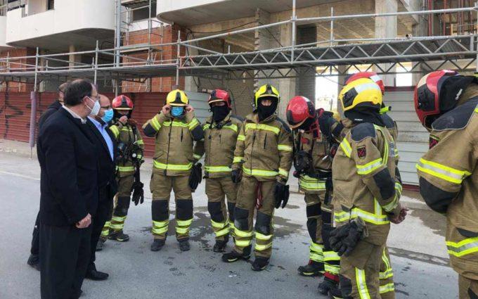 Los bomberos de la DPT realizan prácticas de intervención en un edificio de nueve alturas