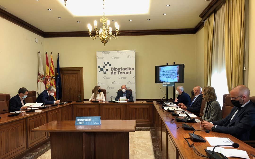 Un momento de la reunión entre la Diputación de Teruel y la consejería de Ciencia y Sociedad del Conocimiento del Gobierno de Aragón./DPT