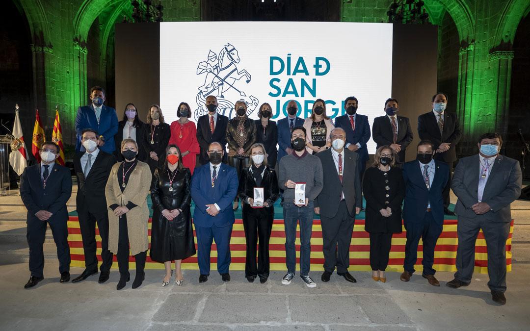 Imagen de familia de los miembros de la corporación provincial y familiares de los homenajeados / DPT