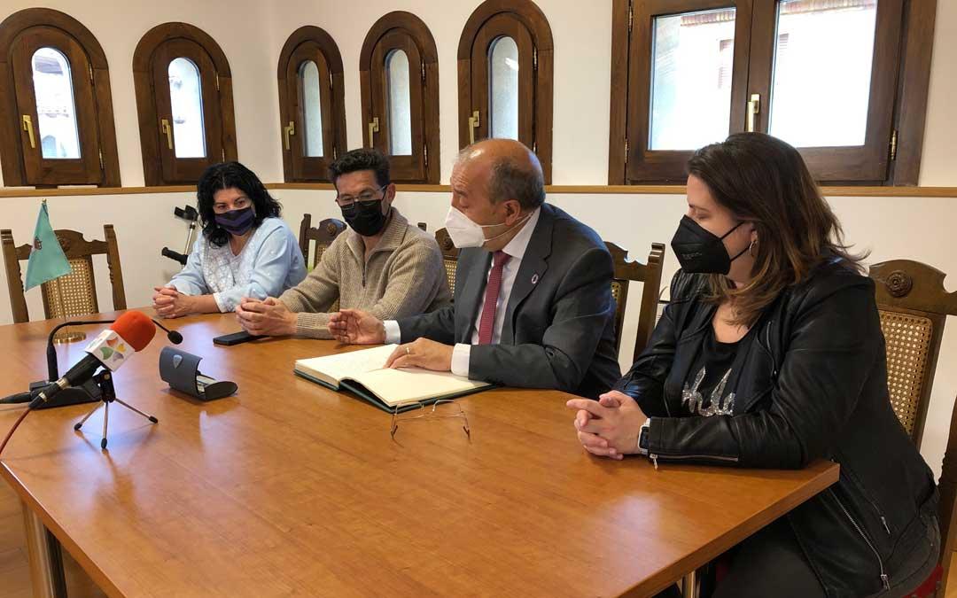 Manuel Rando firmando en el libro de honor de Torrevelilla ante el alcalde, una concejal y la diputada María Ariño / DPT