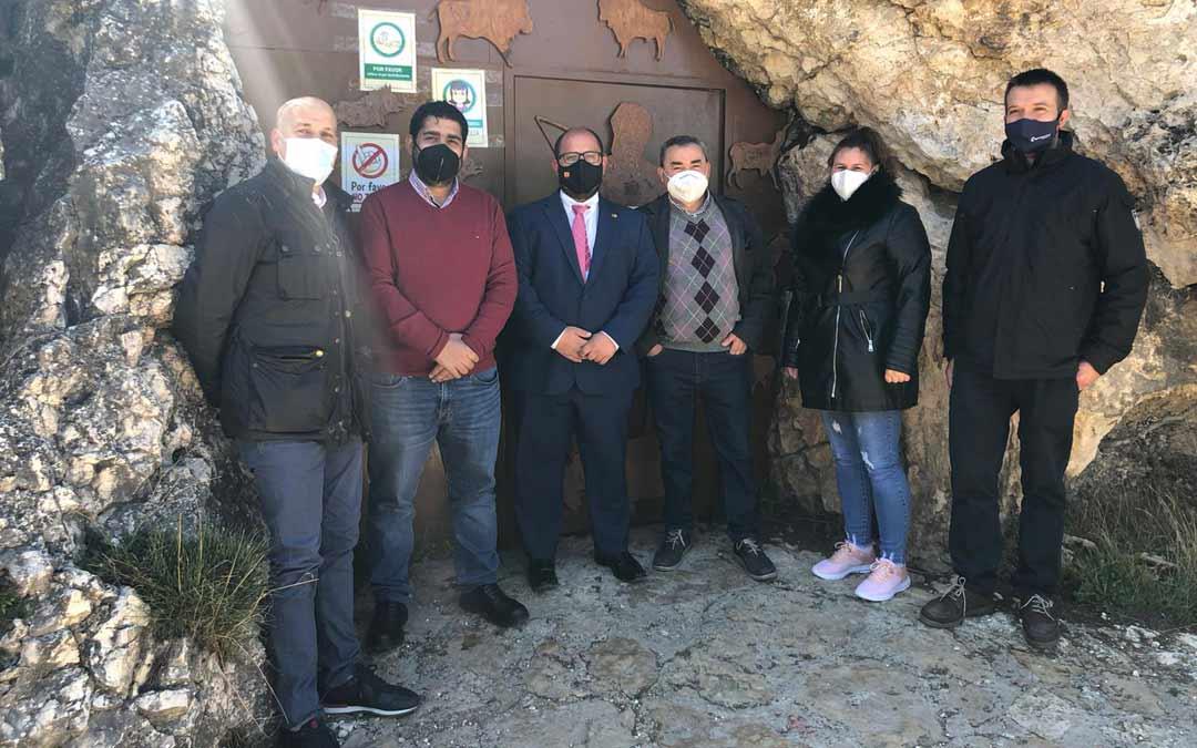 Izquierdo y Piñeiro, con el alcalde y concejales de Molinos y el presidente de la Comarca del Maestrazgo, Roberto Rabaza, en la entrada de las Grutas de Cristal./DPT