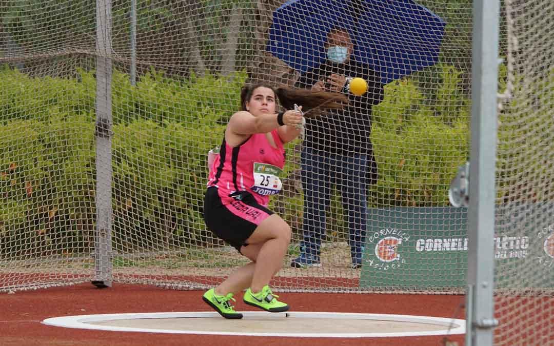 Elena Sanz dentro de la jaula realizando un lanzamiento. Foto. J.S.