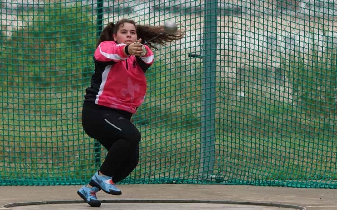 Elena Sanz en pleno lanzamiento de martillo dentro de la jaula. Foto: J.S.