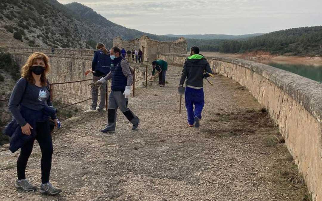 Jornada de voluntariado de limpieza del pantano de Escuriza. / Plataforma