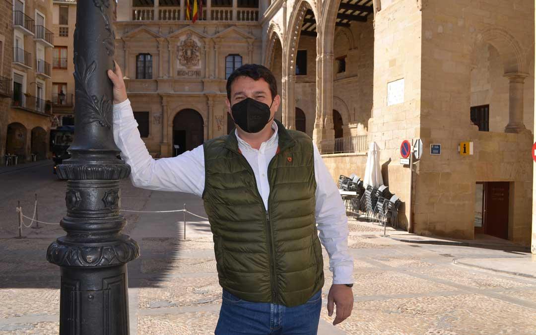 El concejal popular Miguel Ángel Estevan, el miércoles, delante del Ayuntamiento de Alcañiz / L. Castel