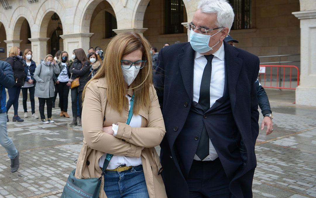 Eva Febrero junto a su abogado, Enrique Trebolle, este miércoles en la Audiencia Provincial de Teruel. / JORGE ESCUDERO. HERALDO DE ARAGÓN