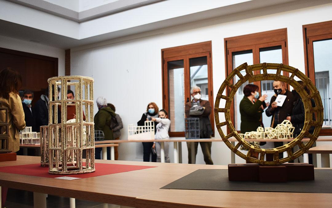 La sala de exposiciones de la comarca del Bajo Aragón-Caspe se llenó durante la inauguración. L.Q.V.