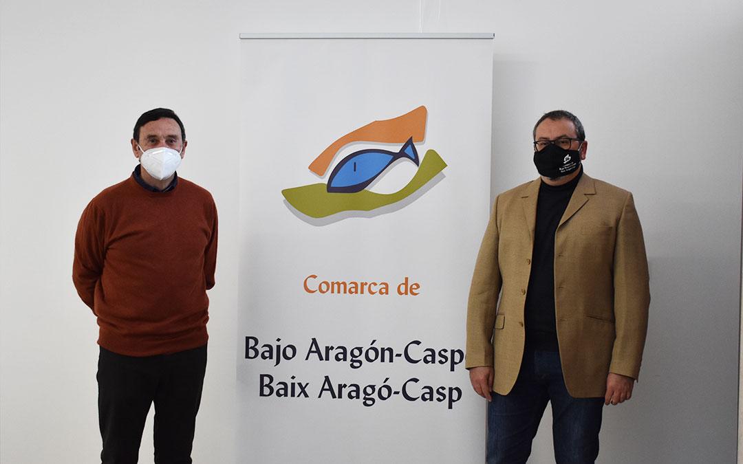 El artista Carlos Izquierdo junto al consejero de cultura, Agustín Moré. L.Q.V.
